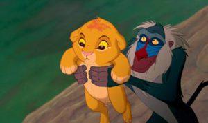 Rafiki le singe présente Simba bébé, dans le Roi Lion