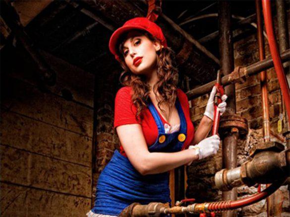 Cosplayeuse sexy déguisée en Mario