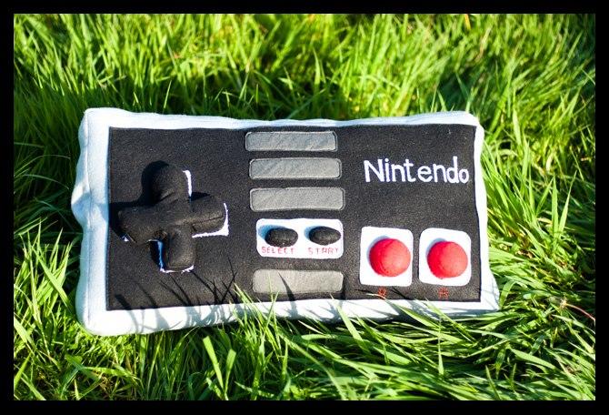 Un coussin en forme de manette de Nintendo NES