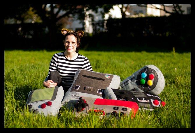 Lucy Sparrow, créatrice de coussins en forme de consoles et manettes