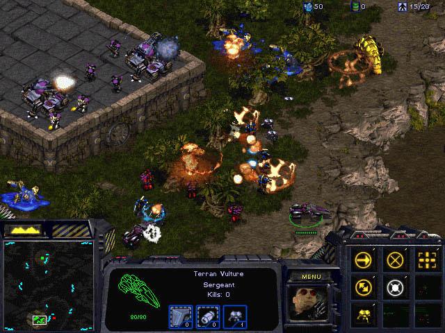Un affrontement entre Terran et Protoss dans le jeu Starcraft 1 sur PC