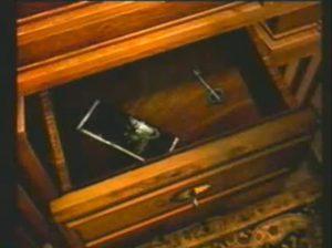 La grande clé dans le tiroir dans Alone in the Dark sur PS1