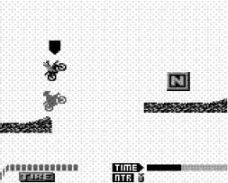 Une course dans le jeu Motocross Maniacs sur Game Boy