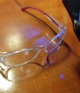 rayon bleu à travers lunettes anti lumière bleue