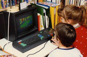 enfants jouant à la console retro commodore 64