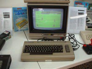 console Commodore 64 C64 avec jeu de football et clavier