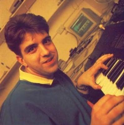 le compositeur Jonathan Dunn avec un clavier synthétiseur korg m1