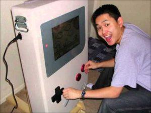 photo de satoshi tajiri créateur des pokémons avec une gameboy geante